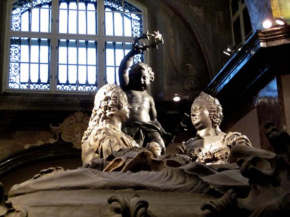 瑪麗亞與弗朗茨對望的雕像 圖片來源:Neverlanding