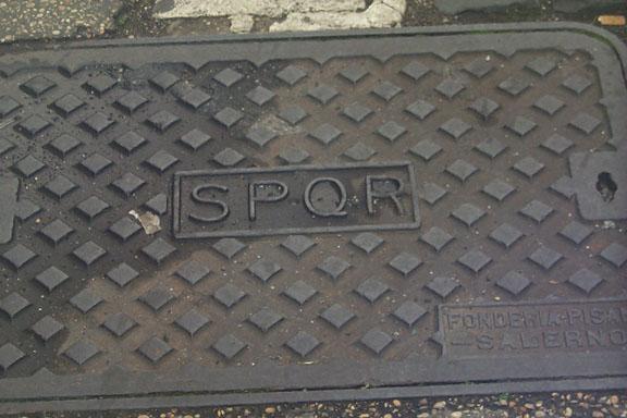 印有「SPQR」的渠蓋 圖片來源:Wikimedia Commons