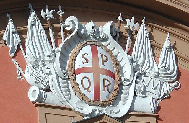 印有「SPQR」的徽章 圖片來源:Wikimedia Commons