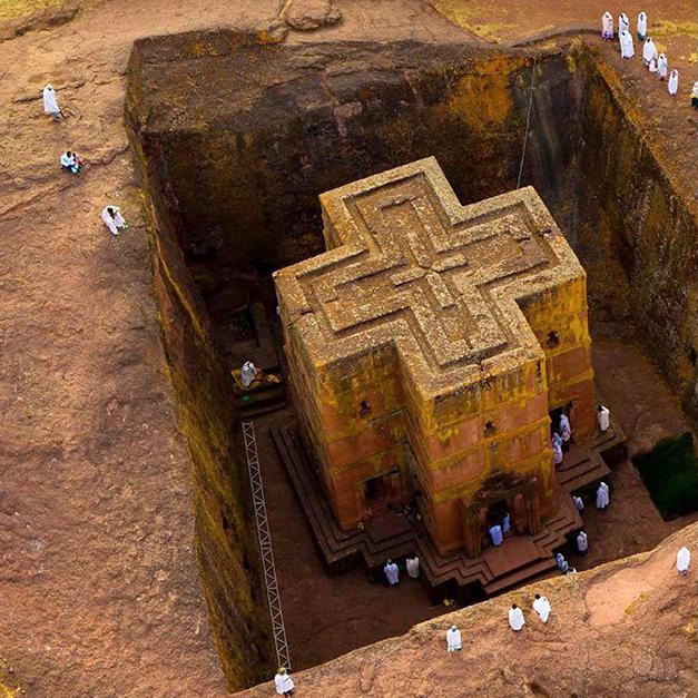 建在地下的鑿岩建築-拉利貝拉的獨岩教堂群