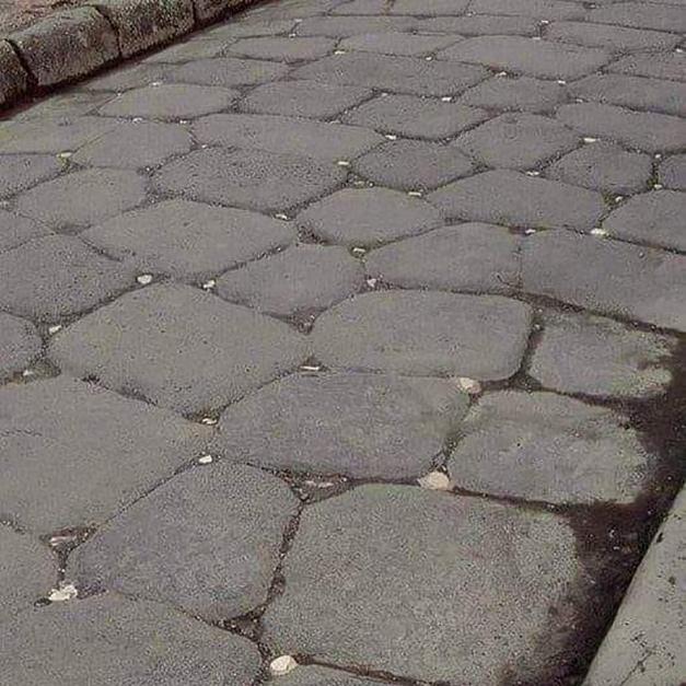在古羅馬時代,利用月光反射出方向的道路